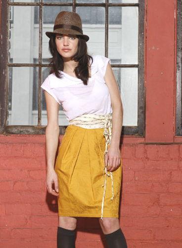Яркая юбка со складками