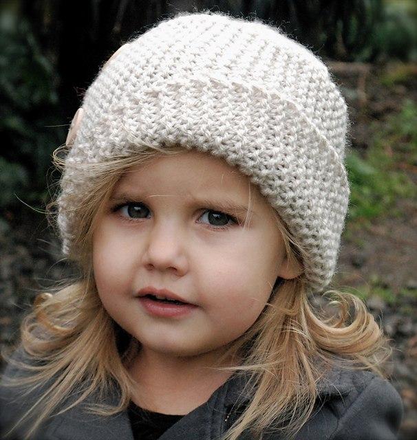 Симпатичная светлая шапочка спицами (с описанием)