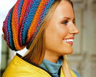 Женская разноцветная шапка в рубчик вязаная спицами