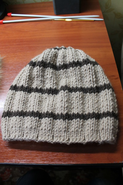 Полосатая вязаная шапочка с меховым помпоном.