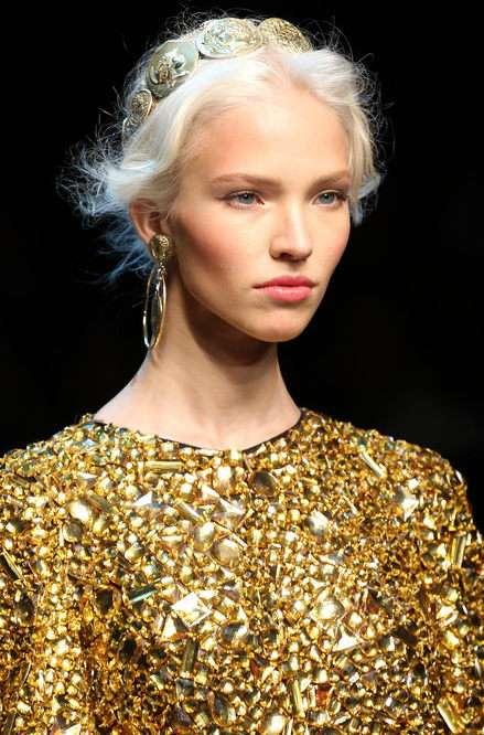 С чем надеть золотое платье для выпускного бала?