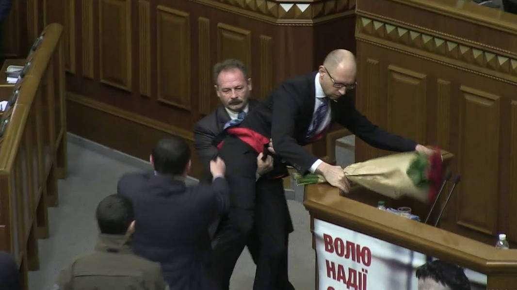 Барна vs Яценюк – детальное видео драки в Верховной Раде Украины