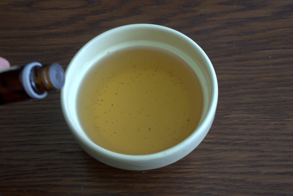 Процеженный отвар с цитрусовым маслом для домашнего бальзама
