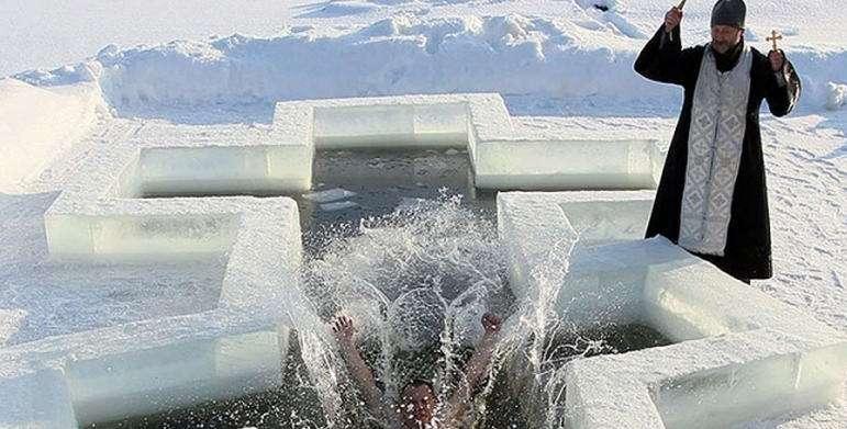 Крещение: фото проруби в виде креста