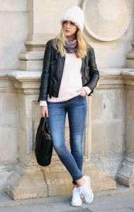 Женские белые кеды с синими джинсами