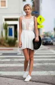 Белые кеды с легким платьем