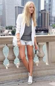 Белые кеды с пиджаком и шортами