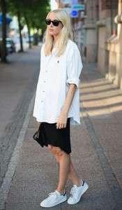 Черная юбка с блузой и белые кеды фото