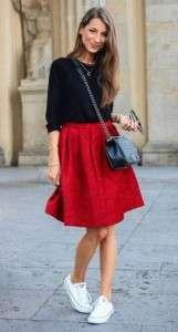 Красная юбка до колен и кеды