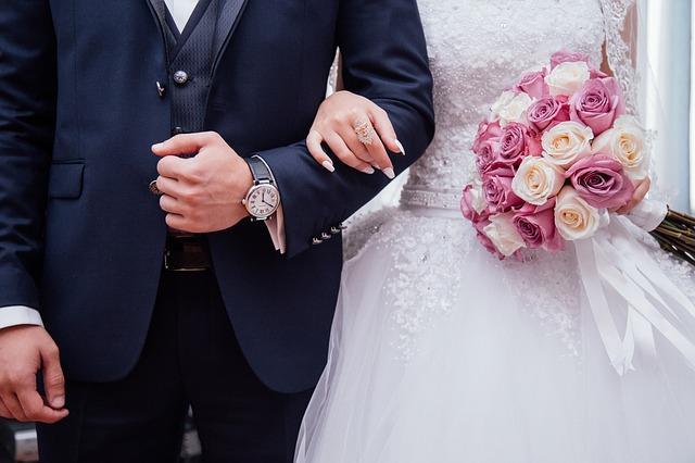 Жених и невеста держатся под руку